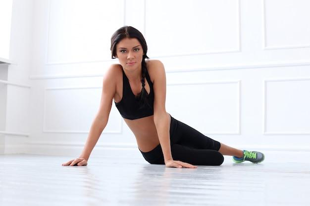 Bela morena fazendo exercício