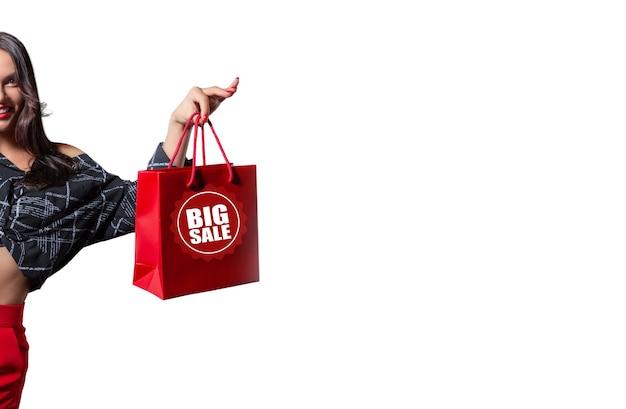 Bela morena feliz com pacotes vermelhos nas mãos. fundo branco. conceito de descontos, vendas, compras. mídia mista
