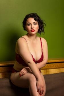 Bela morena jovem brilhante com grandes formas de lingerie