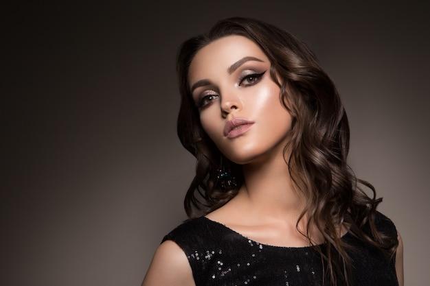 Bela morena jovem com maquiagem