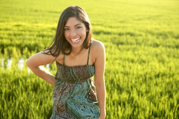 Bela morena mulher indiana em campos de arroz verde