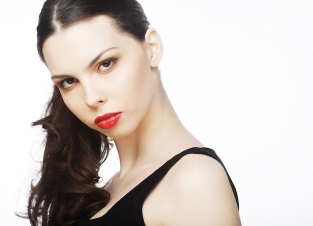 Bela morena sexy com lábios vermelhos