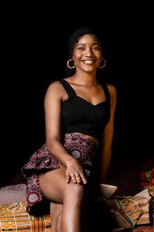 Bela mulher africana vista frontal