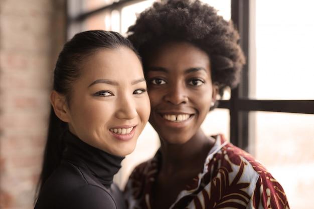 Bela mulher afro e asiática