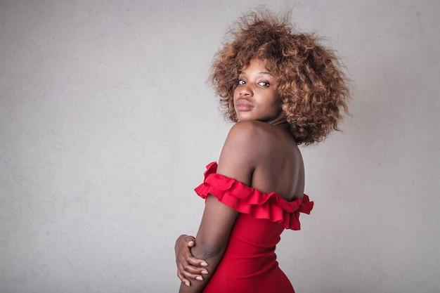 Bela mulher afro em vermelho