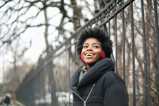 Bela mulher afro no inverno