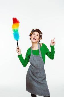 Bela mulher branca canta músicas e dança durante a limpeza