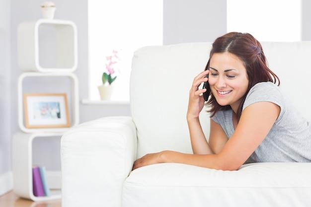 Bela mulher casual usando seu smartphone para telefonar