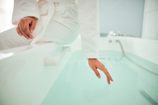 Bela mulher caucasiana sorridente e saudável está realizando procedimentos de beleza no spa e salão de saúde