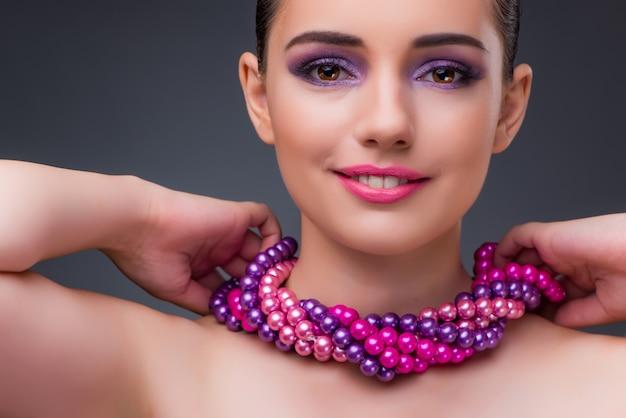 Bela mulher com colar de pérolas