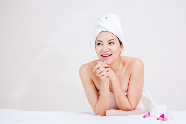 Bela mulher de spa de retrato posando juventude e conceito de cuidados de pele