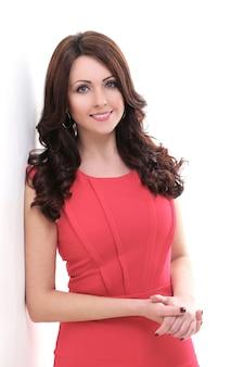 Bela mulher de vestido vermelho