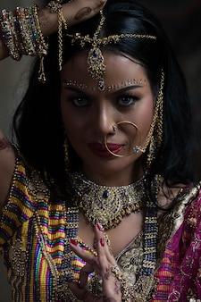 Bela mulher indiana em vestido nacional