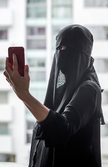 Bela mulher marroquina com hijab.