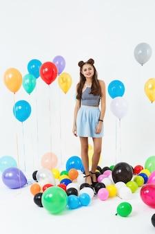 Bela mulher no outfut verão fresco posando com balões