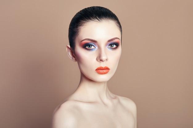 Bela mulher nua brilhante contrastando maquiagem
