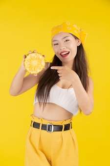 Bela mulher segurando um abacaxi