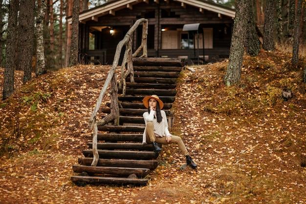 Bela mulher sentada na escada de madeira