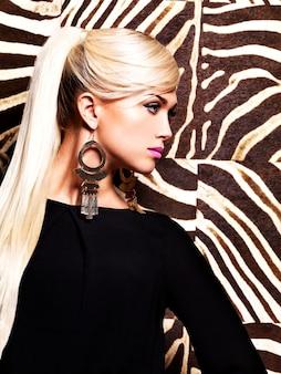 Bela mulher sexy com maquiagem moda no rosto e cabelos brancos compridos. retrato de perfil de garota glamourosa posa sobre um espaço criativo listrado