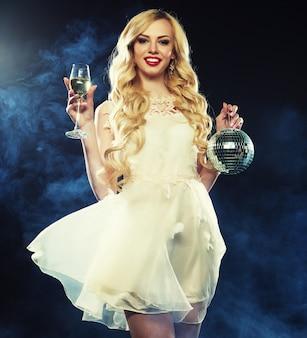 Bela mulher sexy com um copo de vinho branco
