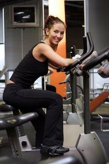Bela mulher sexy fazendo fitness