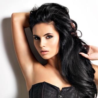 Bela mulher sexy jovem morena com cabelo comprido.