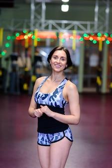 Bela mulher sexy posando no ginásio.