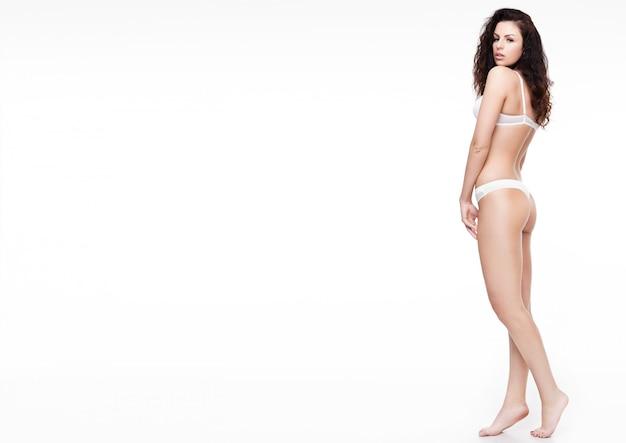 Bela mulher sexy vestindo lingerie branca
