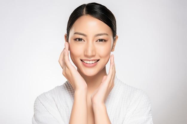 Bela mulher sorridente com pele limpa