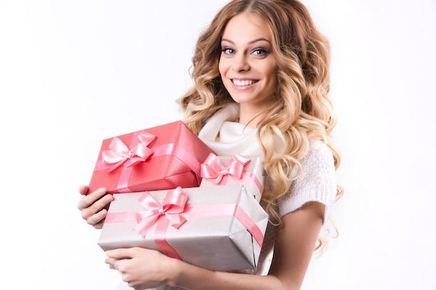 Bela mulher sorridente com presentes. beleza, moda e férias.