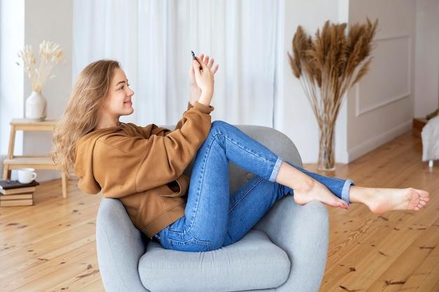 Bela mulher sorridente com smartphone
