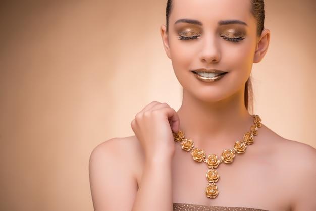 Bela mulher usando jóias elegantes