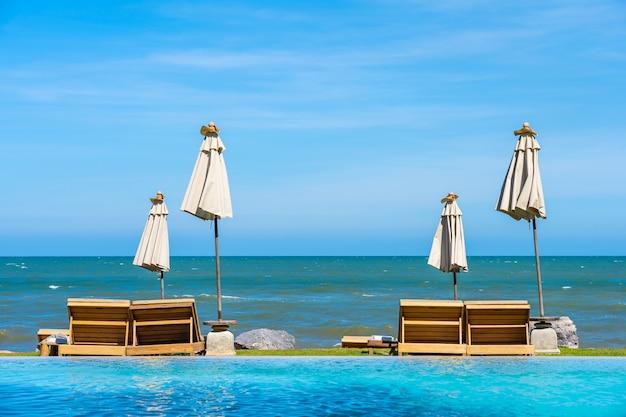 Bela natureza ao ar livre paisagem com cama espreguiçadeira ao redor da piscina no hotel resort
