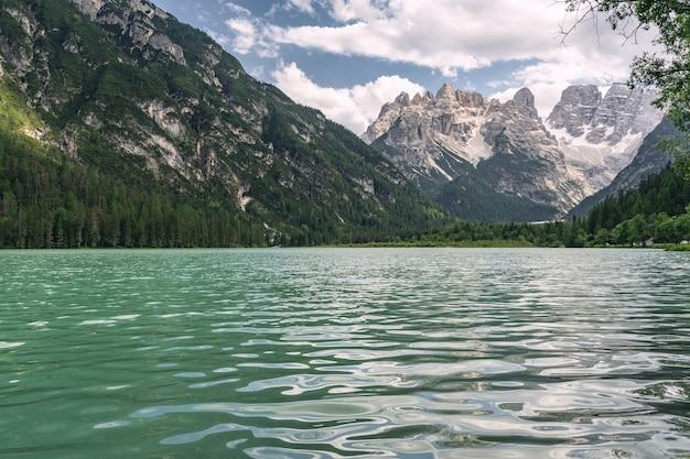 Bela natureza com lago perto da montanha rochosa
