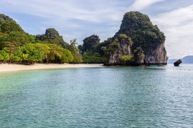 Bela natureza das ilhas do mar de andaman ko hong, província de krabi, tailândia
