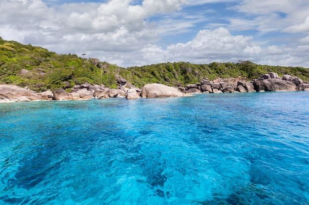 Bela natureza das ilhas do mar de andaman nas ilhas similan, parque nacional mu ko similan, phang-nga, tailândia