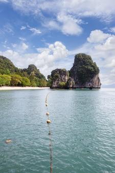Bela natureza das ilhas do mar de andamão em ko hong, província de krabi, tailândia