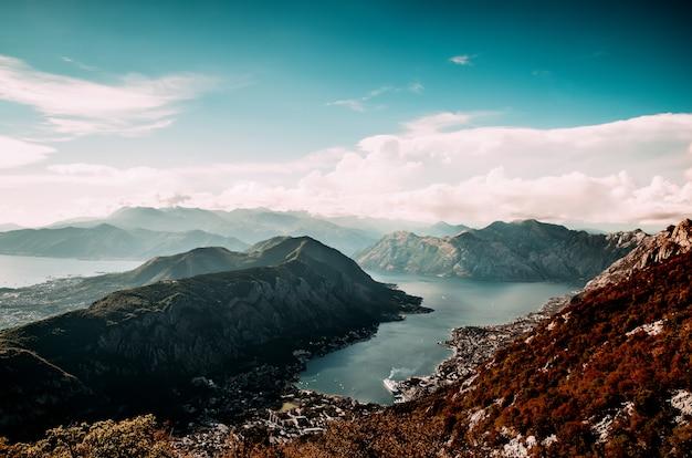 Bela natureza do topo de uma montanha. vista da baía.