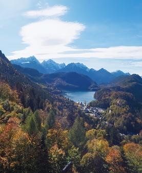 Bela natureza dos alpes europeus vista da paisagem do lago e da vila das montanhas alpinas em um dia ensolarado de viagem e cenário de destino