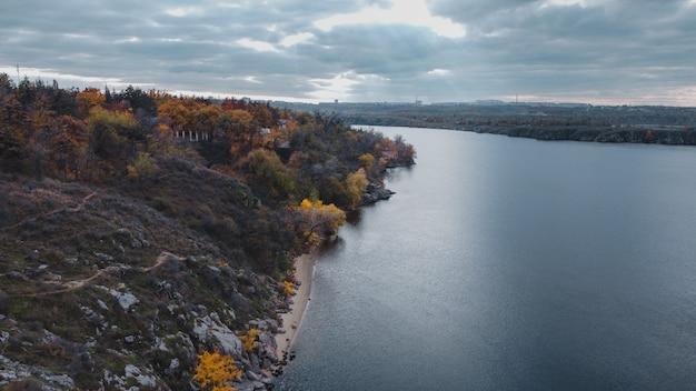 Bela natureza paisagem de rio e floresta de outono na floresta de rochas