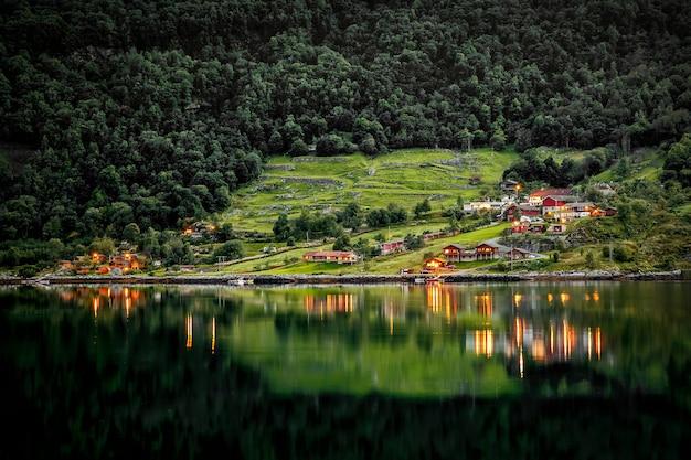 Bela natureza paisagem natural da noruega. costa do lago, costa
