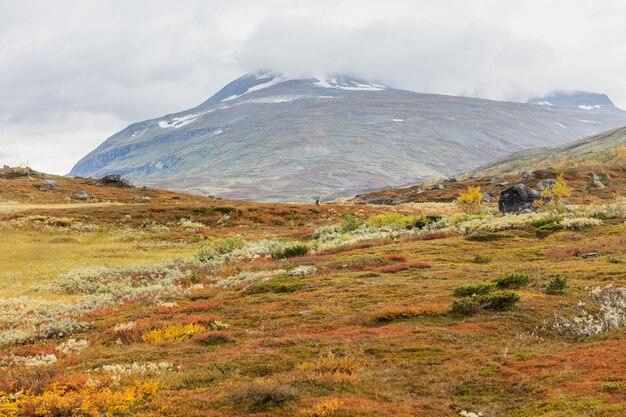 Bela natureza selvagem do parque nacional de sarek, na lapônia sueca, com montanhas cobertas de neve