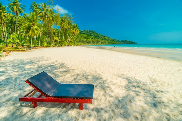 Bela natureza tropical praia e mar com cadeira e coqueiro na ilha paradisíaca