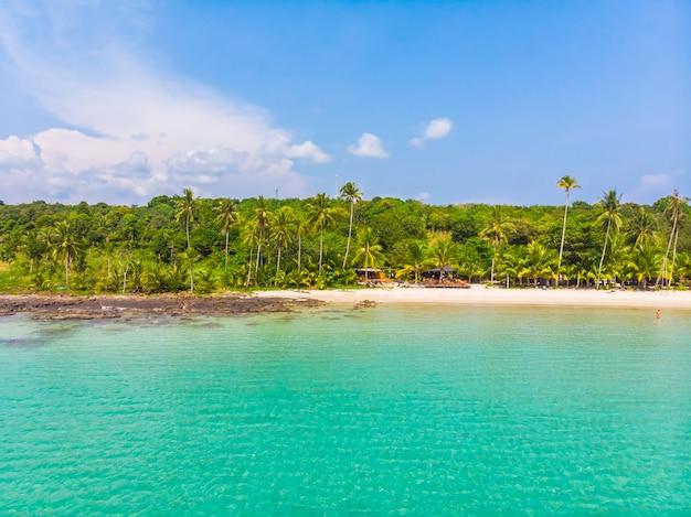 Bela natureza tropical praia e mar com coqueiro na ilha paradisíaca