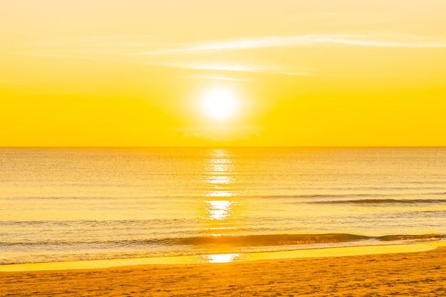 Bela natureza tropical praia mar oceano ao pôr do sol ou nascer do sol