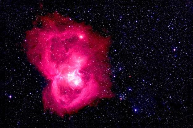 Bela nebulosa vermelha entre as estrelas. elementos desta imagem fornecidos pela nasa. para qualquer propósito.