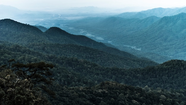 Bela névoa no ponto de vista das montanhas.