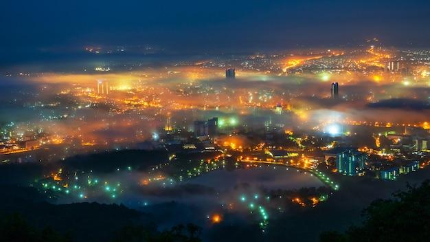 Bela névoa sobre a cidade à noite