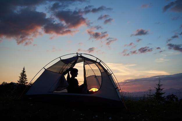 Bela noite acampar ao pôr do sol