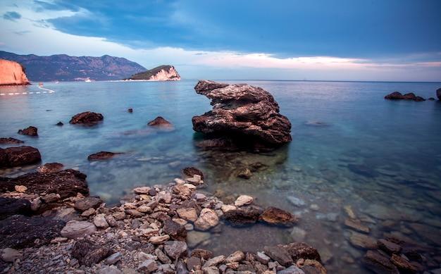 Bela noite de pedras no mar feita com longa exposição